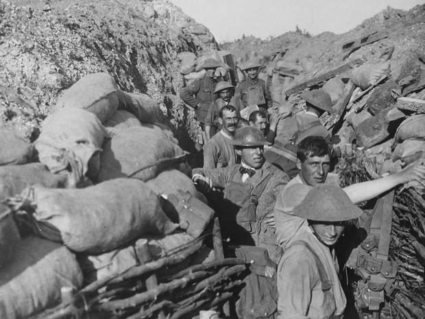 Soldados fazem reparo em trincheira após ataque a bomba