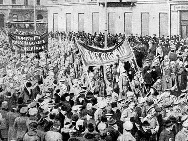 Soldados fazem demonstração em São Petersburgo