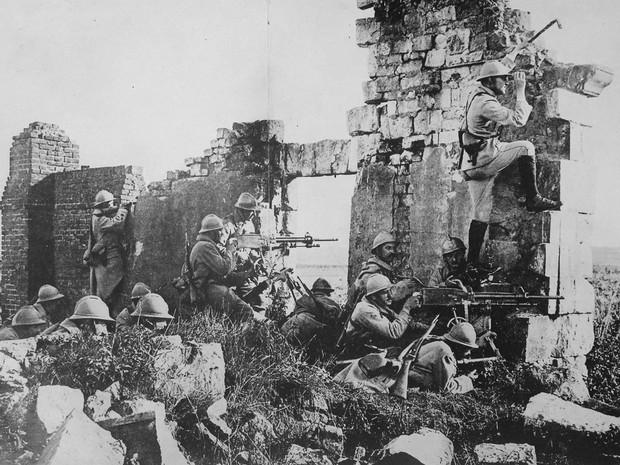 Tropas francesas nas ruínas de uma catedral perto do Rio Marne em ataque contra os alemães