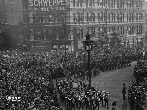 Tropas marcham em Londres após assinatura de armistício que deu fim à guerra