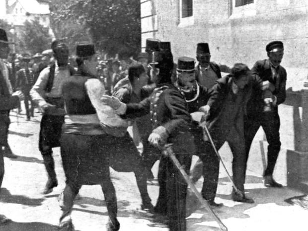 Prisão de Gavrilo Princip, à direita sem chapéu, momentos após matar o arquiduque Francisco Ferdinando.