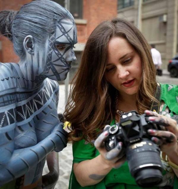 Fotógrafa Trina Merry em seu projeto Camuflagem Urbana