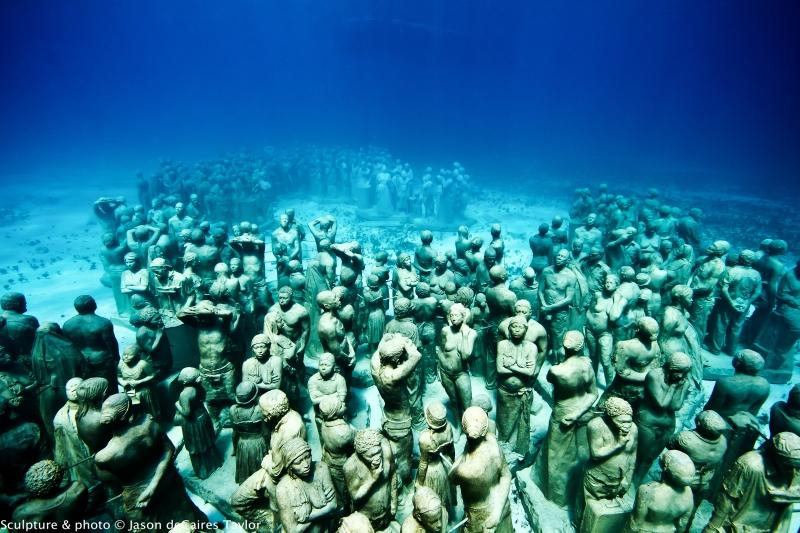 A galeria principal conta com 400 esculturas de tamanho humano