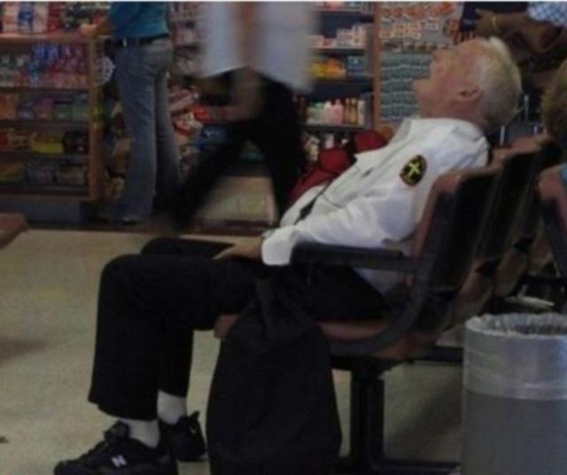 Olha a situação desse segurança do supermercado