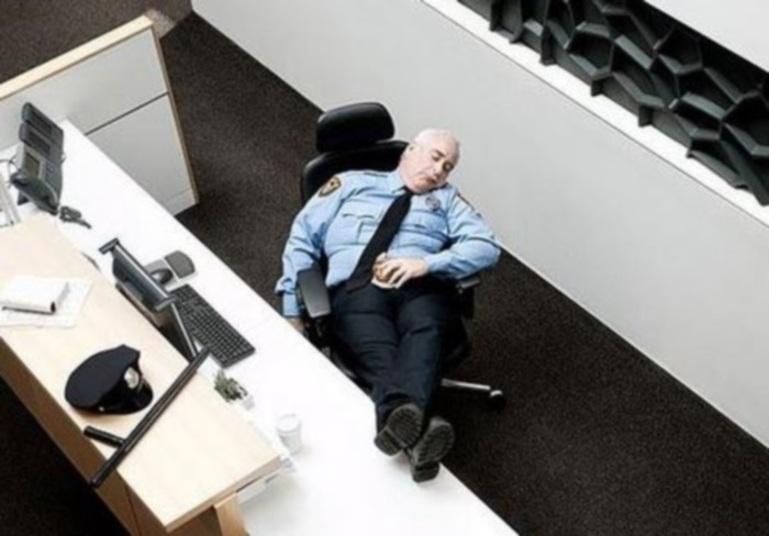 Policial dormindo na Delegacia