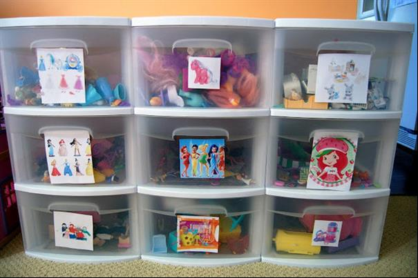 Colocar os brinquedos separados em gavetas com fotos
