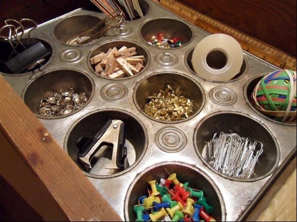 Sabe aquelas forminhas de cupcake antigas, elas podem ser úteis na organização da casa também