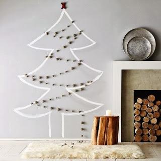 Você pode dar a forma que quiser com uma fita adesiva e enfeites natalinos