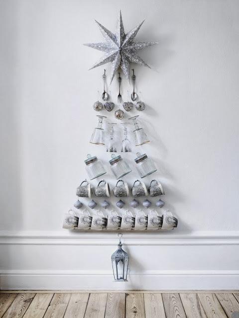 Vamos ousar um pouco ? Árvore de natal feita com xícaras, taças, talheres e potes de condimentos.