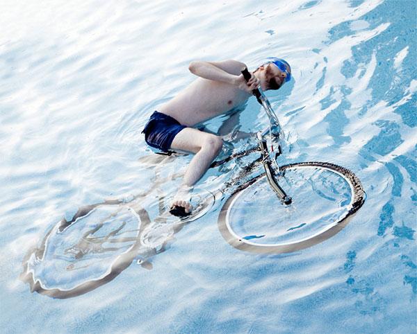 Na Califórnia ninguém está permitido a andar de bicicleta na piscina