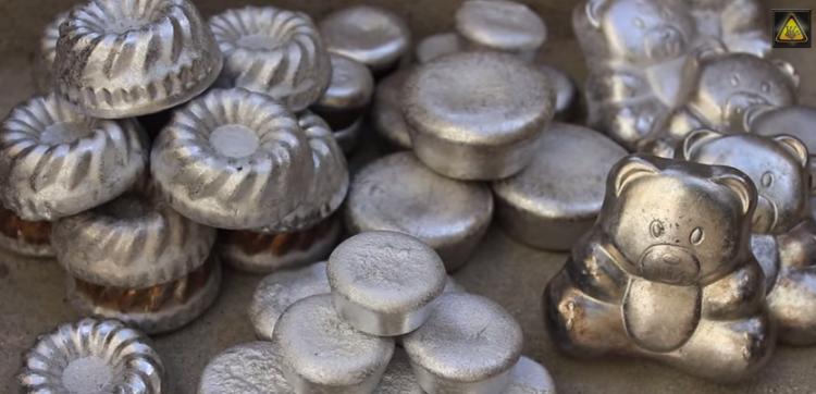 Veja o que acontece quando se derrama alumínio na areia