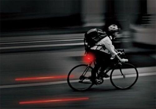 Faixa virtual de segurança do ciclista, um laser que delimita a área do ciclista. Acessórios criativos para ciclistas