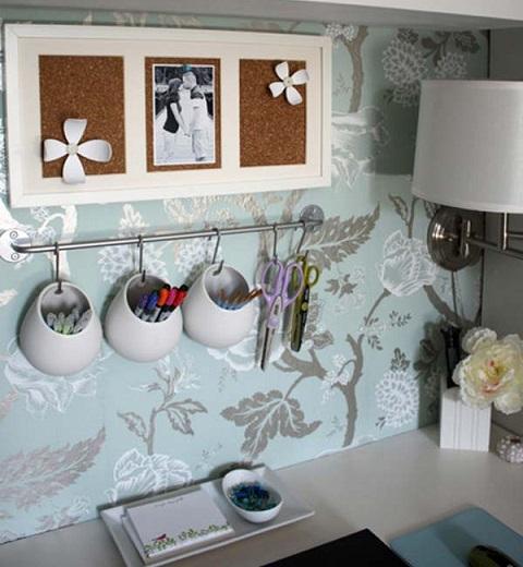 Veja que charme ! Pendurar objetos é sempre uma boa alternativa para aproveitar os espaços, e para isso podem ser usadas barras metálicas ou cordas fixadas na parede, recebendo muitos penduricalhos e mesmo assim dando sensação de organização.