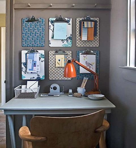 outra idéia é colocar pranchas com presilhas na parede, organizadas em forma de mural ou isoladas. Essa alternativa é particularmente eficiente para escritórios onde se trabalhe com muitos papéis e listas que precisem ser visualizados com frequência.